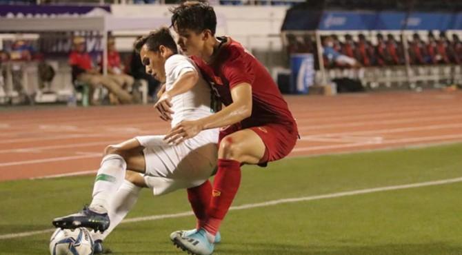 Egy Maulana Vikri dikawal ketat pemain Vietnam dalam penyisihan Grup B Sea Games 2019