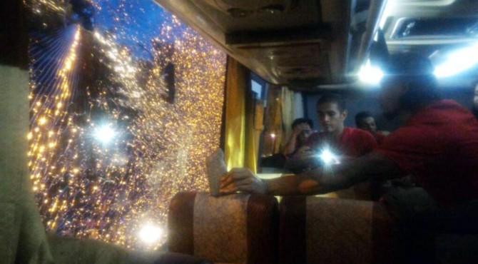 Bus yang ditumpangi para pemain Semen Padang FC dilempari, Ucok terluka.