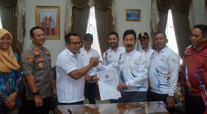 Bupati Solok Selatan Muzni Zakaria dan Ketua Bawaslu Solok Selatan Muhammad Ansyar usai menandatangani Naskah Perjanjian Hibah Daerah (NPHD)
