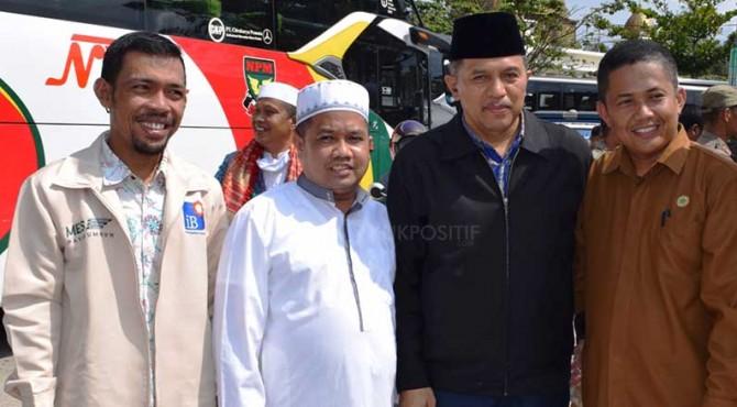 Wabup Ferizal Ridwan disambut Bupati Irfendi Arbi sepulang dari menunaikan ibadah haji.