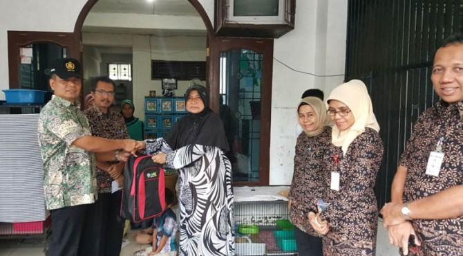 Penyerahan bantuan bagi penghuni panti asuhan oleh Kepala Biro Pengamanan PT Semen Padang Rosmawi Tanjung