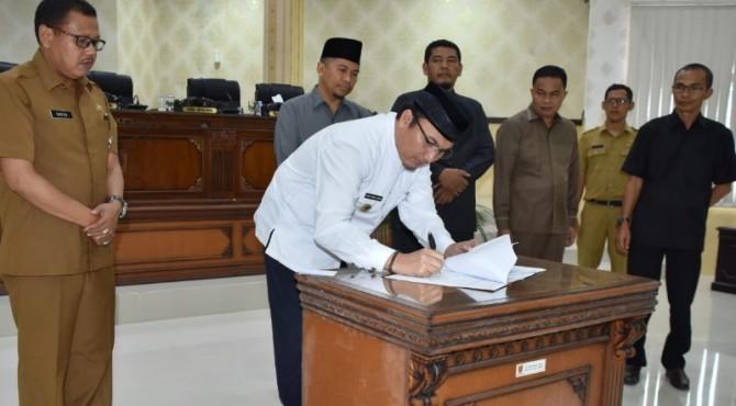 Wakil Bupati Agam bersama pimpinan DPRD menandatangani nota persetujuan APBD 2020