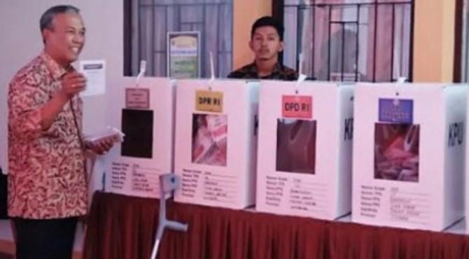 Bupati Irdinansyah Tarmizi saat menggunakan hak pilihnya di TPS pada 17 April 2019 lalu.