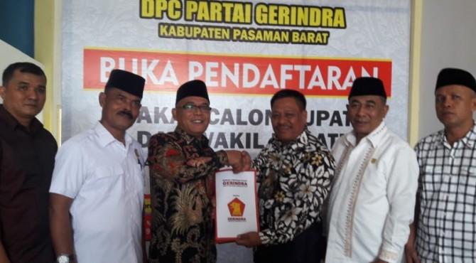 Pengambilan formulir pendaftaran bakal calon Kepala Daerah oleh Ketua DPC Demokrat Pasbar Yulianto dari Ketua DPC Partai Gerindra Pasbar Parizal Hafni.