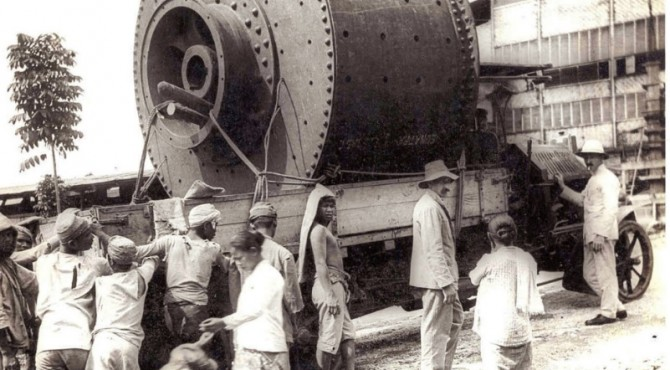 FOTO BERSEJARAH: Pengangkutan peralatan pabrik Indarung 1, pabrik semen pertama di Indonesia, pada 1910