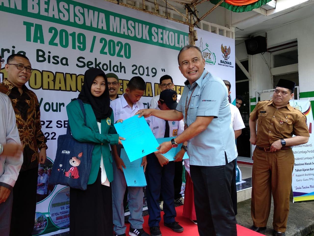 Ketua UPZ Baznas Semen Padang, Oktoweri, menyerahkan bantuan pendidikan secara simbolis kepada salah seorang mahasiswa kurang mampu di Kota Padang