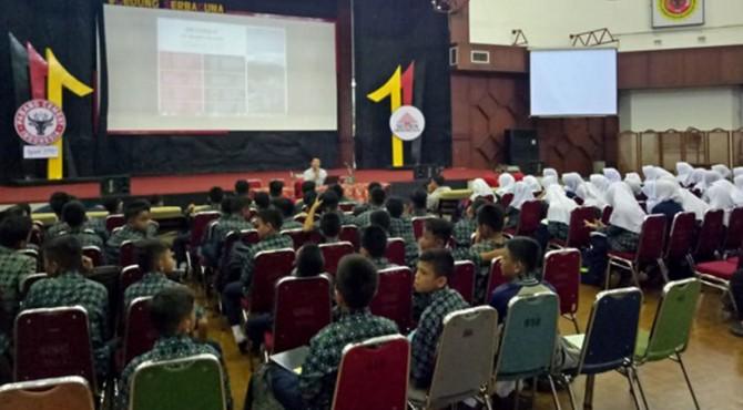 Yayasan Igasar Semen Padang memberikan pengenalan lingkungan pabrik kepada siswa baru tahun ajaran 2019/2020 untuk siswa kelas VII SMP Semen Padang