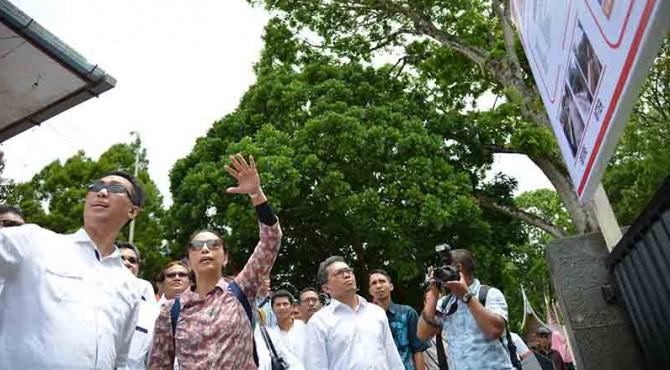 Menteri BUMN Rini Soemarno (tengah) didampingi Dirut Semen Indonesia Rizkan Chandra (kiri) dan Direktur Produksi dan Litbang Semen Indonesia (Johan Samudra) melihat progres revitalisasi Panorama Ngarai Sianok Bukittinggi