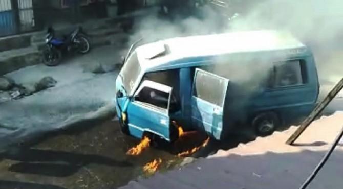 Minibus terbakar di Agam.
