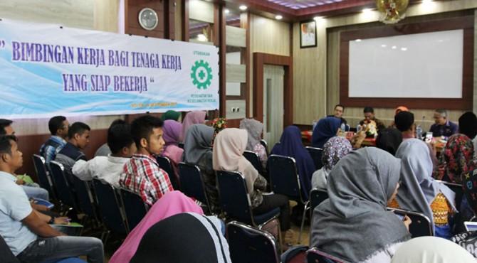 Puluhan pencaker terlihat antusias pmengikuti bimbingan dan motivasi di Aula Bappeda Kota Solok