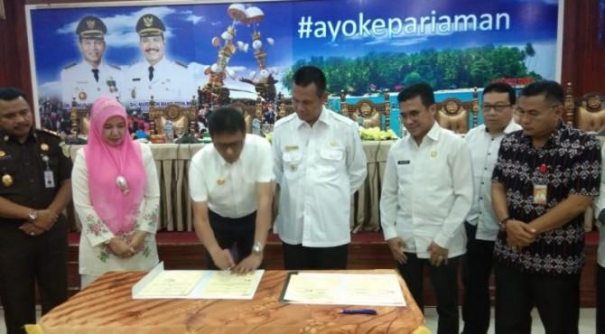 Gubernur Sumbar Irwan Prayitno menandatangani MoU Bantuan Keuangan bersifat khusus antara Pemprov Sumbar dengan Pemko Pariaman terkait program unggulan sekolah gratis SMA/SMK di wilayah Kota Pariaman di Aula Balaikota Pariaman, Rabu, 16 Oktober 2019