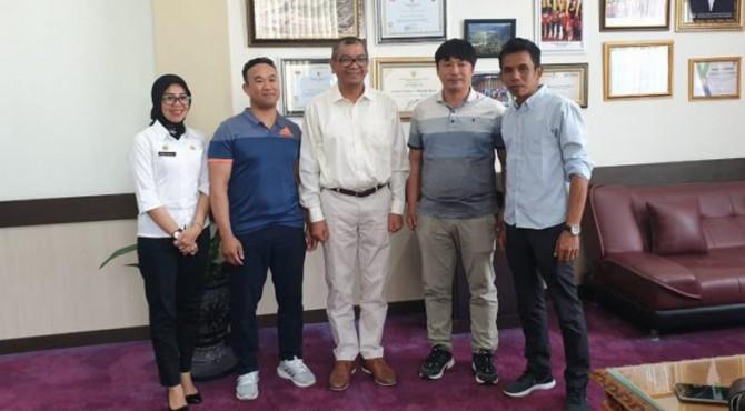 Investor asal Korea Selatan saat berjumpa Wali Kota Payakumbuh, Riza Falepi.