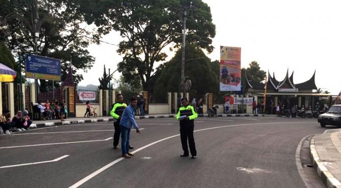 Polisi melakukan olah TKP (tempat kejadian perkara) di Jalan Panorama Bukittinggi