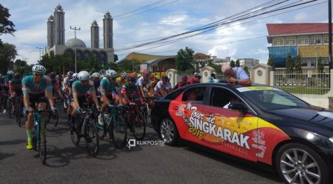 Pembalap TdS 2018 melintasi Kampus UNP Padang