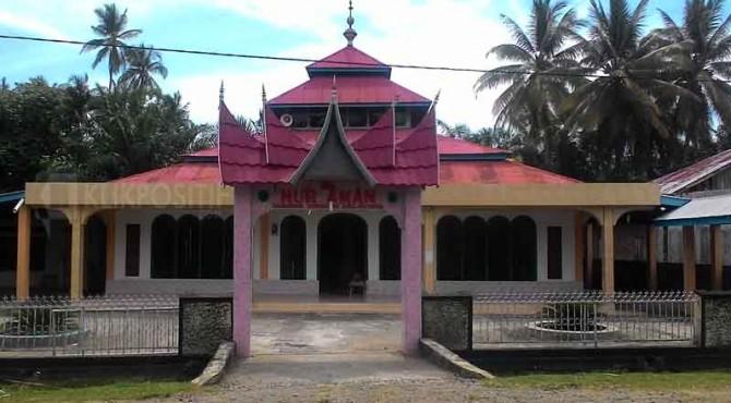 Masjid tempat pelaksanaan ibadah Jamaah Tarekat Syaathari di Pessel.