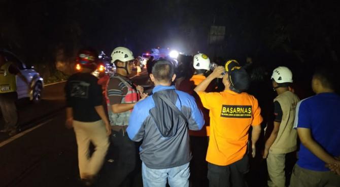 Tim gabungan masih mencari dua korban mobil Innova masuk jurang yang belum ditemukan.