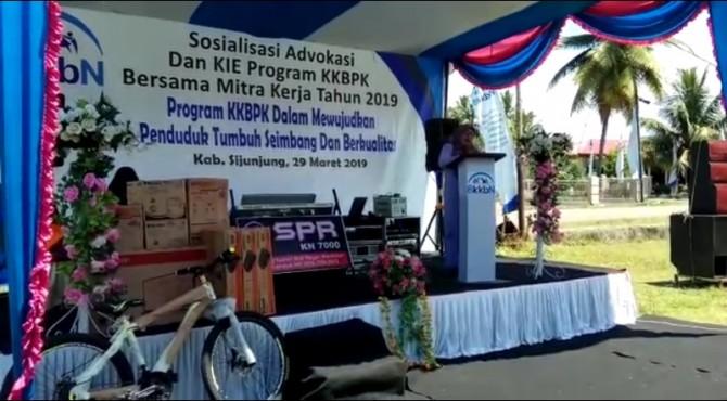 Anggota Komisi IX DPR RI, betti Shadiq pasadigue saat mengahadiri sosialisasi program KKBPK yang digelar BKKBN di Muaro Sijunjung