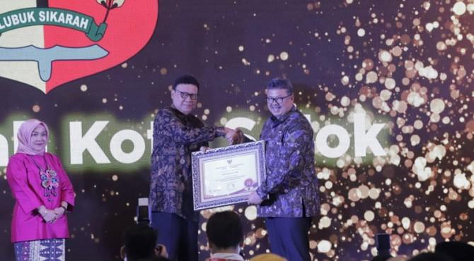 Walikota Solok Zul Elfian menerima penghargaan dari Menpan RB, Tjahyo Kumolo