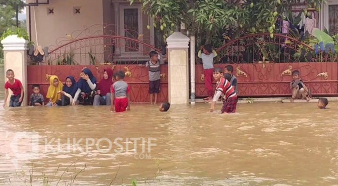 Anak-anak di Kabaupaten Limapuluh Kota yang tidak bisa ke sekolah karena rumahnya terendam banjir.