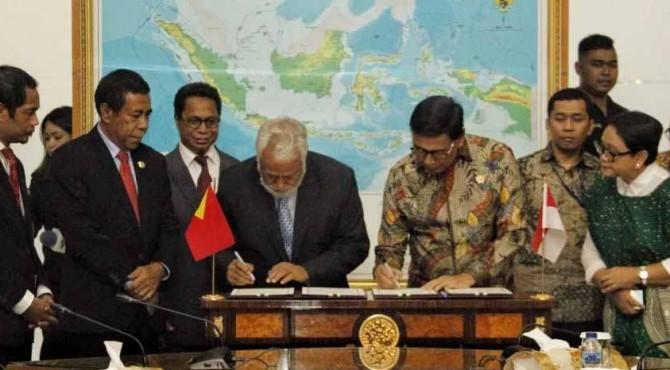 Menko Polhukam Wiranto dan Ketua Perunding Perbatasan Timor Leste, Kay Rala Xanana Gusmao mendatangani kesepakatan batas darat kedua negara, di kantor Kemenko Polhukam, Jakarta, Senin (22/7).