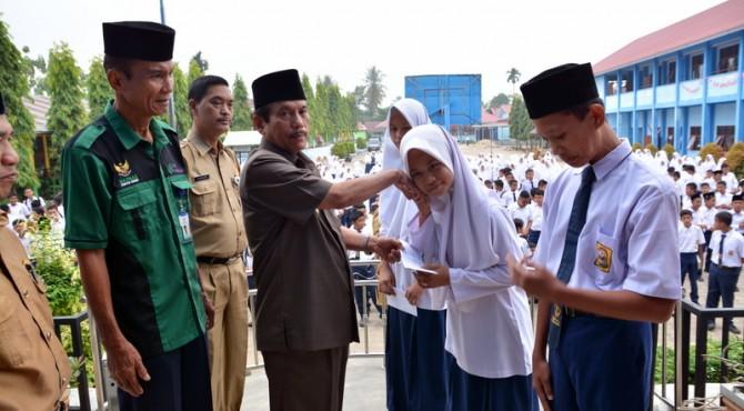 Bupati Sijunjung Yuswir Arifin Saat Menyerahkan Bantuan Program Sijunjung Cerdas
