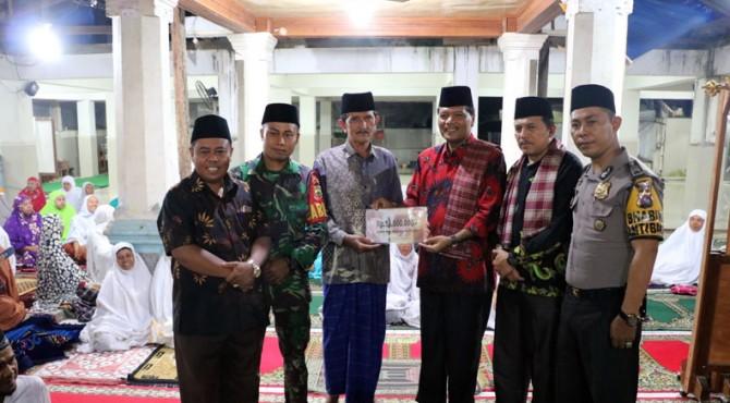 Bupati Irfendi menyerahkan bantuan saat melakukan kunjungan Tim I Safari Ramadan Pemkab Limapuluh Kota