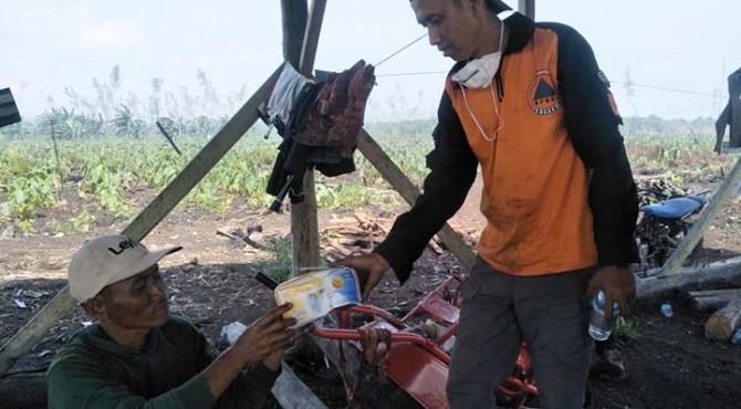 Personel BPBD Pessel membagikan masker kepada warga.