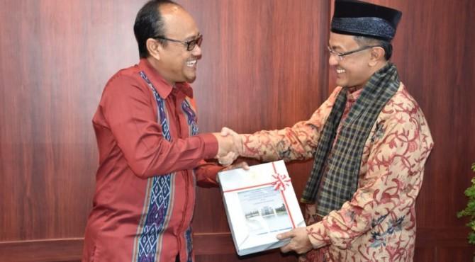 LHP diserahkan Kepala BPK Perwakilan Provinsi Sumbar, Pemut Aryo Wibowo kepada Indra Catri