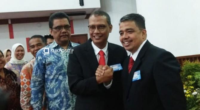 Mantan Rektor Unand Tafdil Husni salam komando dengan Rektor Unand yang baru Prof. Yuliandri