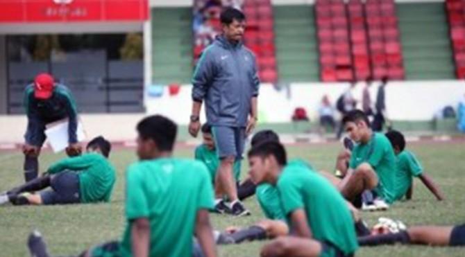 Pelatih Tim Nasional (Timnas) U-19 Indonesia, Indra Sjafri bersama para pemain