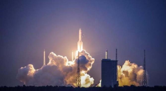 Roket Long March-5 Y2 lepas landas dari Pusat Peluncuran Satelit Wenchang di Wenchang, Provinsi Hainan, China pada 2 Juli 2017.