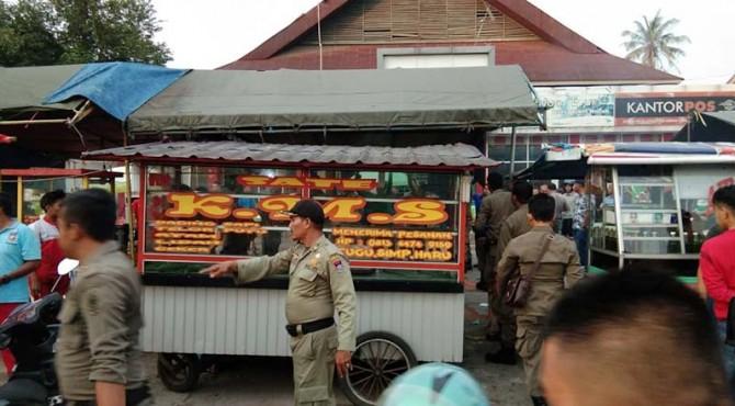Sate KMS B di kawasan Simpang Haru yang diduga menggunakan daging babi diamankan petugas gabungan.