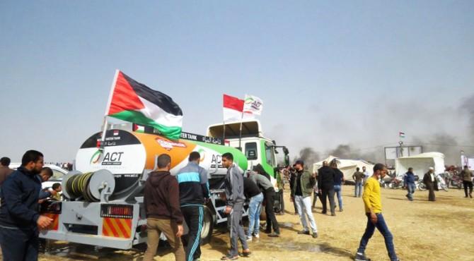 Di sepanjang perbatasan, ribuan warga Palestina berkumpul setiap hari Jumat untuk memperjuangkan haknya untuk merdeka.