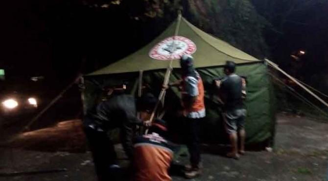 Anggota TRC Semen Padang dibantu Club Trail KODETA tengah mendirikan poskokesehatan di Ladang Padi, Rabu (29/6) malam.