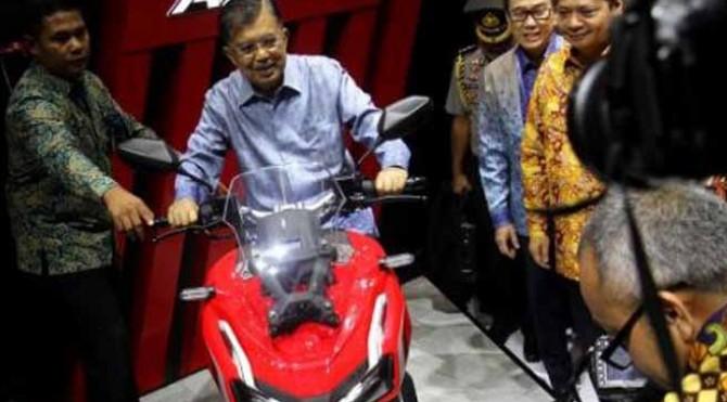 Jusuf Kalla menjajal Honda ADV150 usai membuka GIIAS 2019