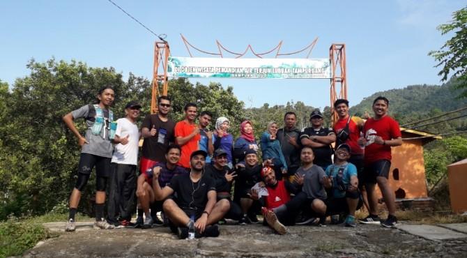 Komunitas Semen Padang Runners Club foto bersama di gerbang pintu masuk Lubuk Tampuruang