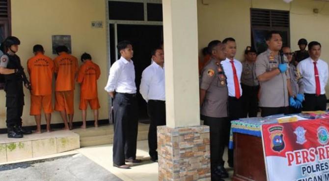 Kapolres Solok, AKBP Ferry Irawan bersama jajaran memberikan keterangan terkait penangkapan dua tersangka spesialis pencurian L300.