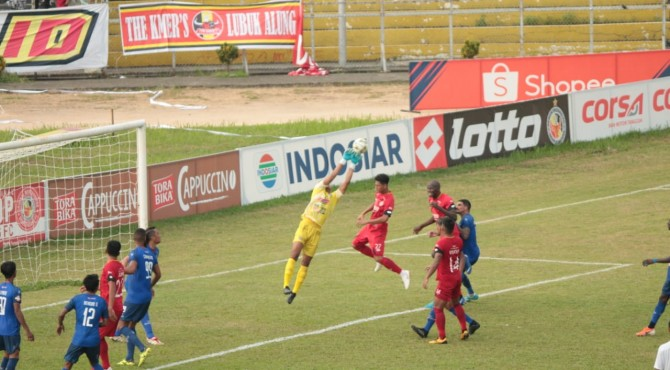 Pemain Semen Padang FC berebut bola di depan gawang Arema FC.