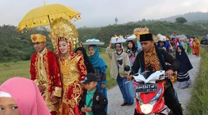 Prosesi maarak anak daro dan marapulai dalam acara pernikahan di Kabupaten Solok.