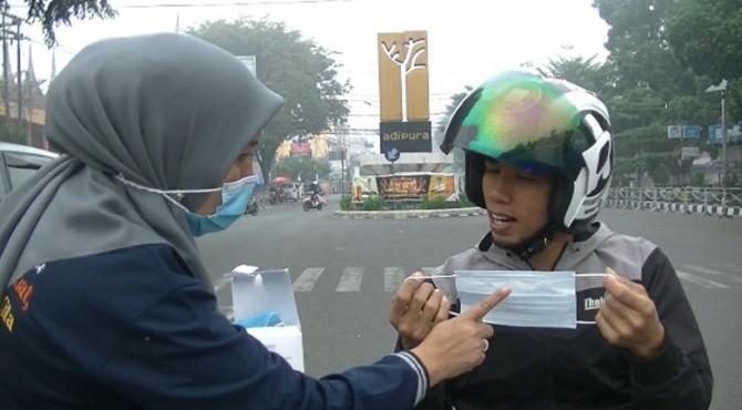 Pembagian masker di Kota Payakumbuh.