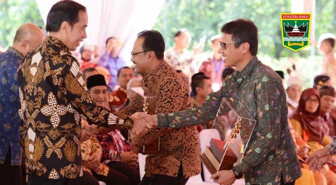 Gubernur Sumbar Irwan Prayitno saat menyalami Presiden RI, Joko Widodo usai menerima penghargaan Anugrah Nirwasita Tantra 2017