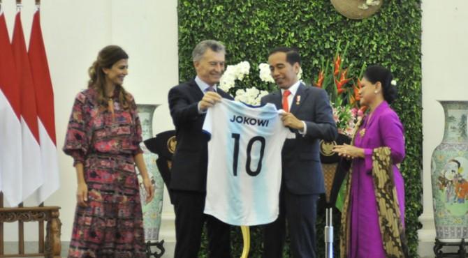 Presiden Jokowi didampingi Ibu Negara Iriana menerima kaos Timnas Argentina yang diserahkan Presien Argentina Mauricio Macri dan istrinya Juliana Awada, usai konperensi pers bersama di Istana Kepresidenan Bogor, Jabar, Rabu (26/6) siang