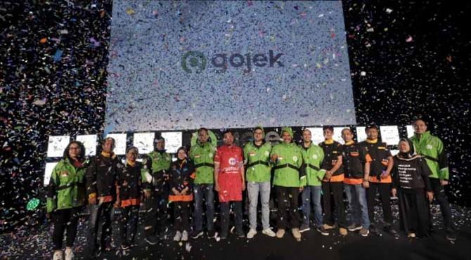 Founder dan CEO Gojek Grup Nadiem Makarim, Co-Founder Gojek Kevin Aluwi, dan Presiden Gojek Grup Andre Soelistyo, saat peresmian logo baru Gojek di Kantor pusat Gojek, Jakarta (22/7).