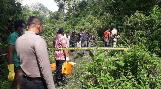 Petugas dari Polsek Lubuak Kilangan dan Polresta Padang melakukan evakuasi temuan mayat di kawasan Ladang Padi, Sitinjau Lauik, Padang pada Jumat pagi.
