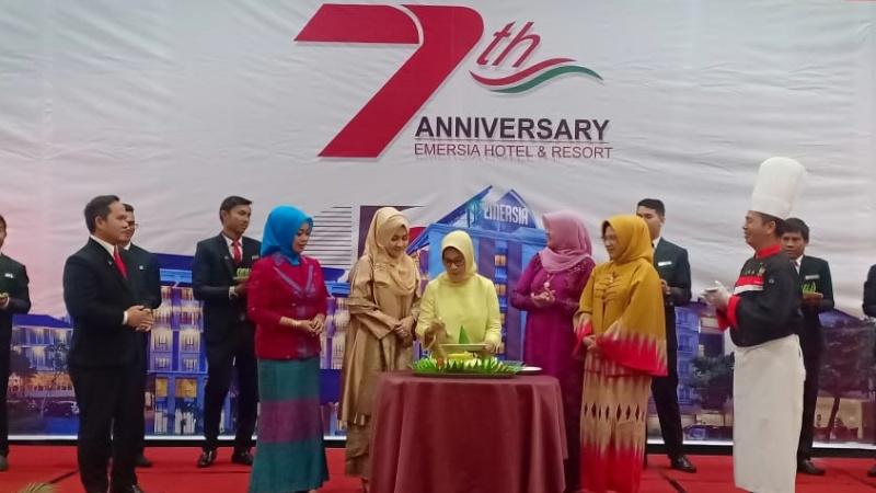 Pemotongan tumpeng pada 7 Tahun Anniversary Emersia Hotel Grup di Batusangkar.