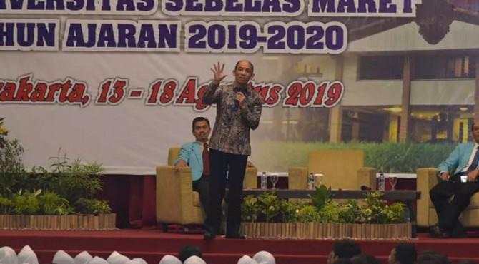 Wakil Menteri Energi dan Sumber Daya Mineral (ESDM) Arcandra Tahar membangikan secara simbolis Lampu Tenaga Surya Hemat Energi (LTSHE) di Mentawai