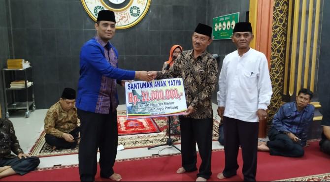 Ketua  Situmbuak Saiyo Padang, Fajri, Dt. Rajo Melayu (kiri) menyerahkan santunan anak yatim kepada Ketua Pengurus Anak Yatim Nagari Situmbuak, Z. Dt. Tanamir