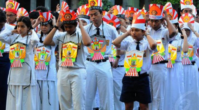 - Menteri Pendidikan dan Kebudayaan (Mendikbud) meminta agar program Pengenalan Lingkungan Sekolah (PLS) yang menjadi bagian dari penerimaan peserta didik baru menguatkan karakter