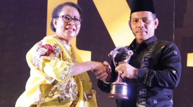 Wawako Solok, Reinier menerima penghargaan KLA tingkat Madya dari Mentri PPP-A, Yohana Yembise