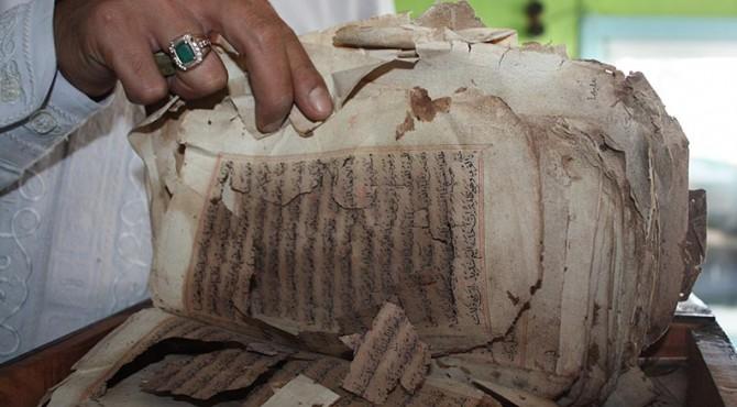 Naskah Kuno yang Ditemukan Rusak
